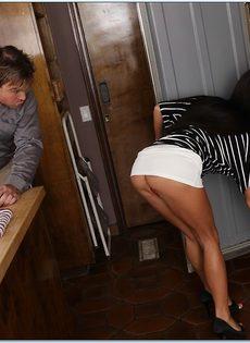 Длинноволосая замужняя женщина развлекается с любовником на кухне - фото #2