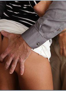 Длинноволосая замужняя женщина развлекается с любовником на кухне - фото #4