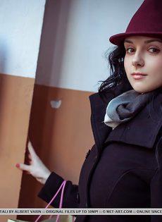 Нежная и женственная девушка с красивой грудью и бритой киской - фото #2