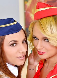 Горячие красотки в униформе доводят до оргазма общего знакомого - фото #3