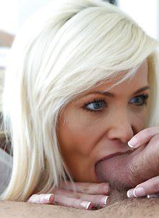 Удовлетворенный парень заливает спермой сногсшибательную минетчицу - фото #11