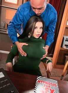 Угощает брюнетку с большими дойками крепким пенисом - фото #6