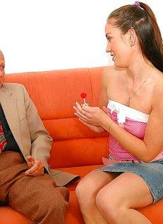 Привлекательной молодке удалось удовлетворить старого деда - фото #1