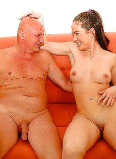Привлекательной молодке удалось удовлетворить старого деда - фото #16