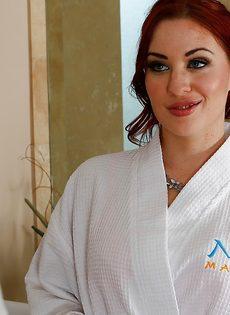 Рыжеволосая нуру массажистка в сексуальном нижнем белье - фото #1