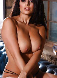 Знойная латинская сучка потрогала большую грудь и завелась - фото #16