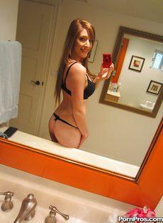 Любительские фотографии молоденькой худенькой красавицы - фото #7