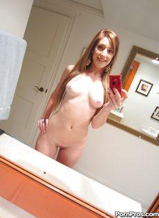 Любительские фотографии молоденькой худенькой красавицы - фото #10