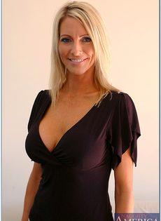 Взрослая блондинка с силиконовой грудью показала пизду во всей красе - фото #3