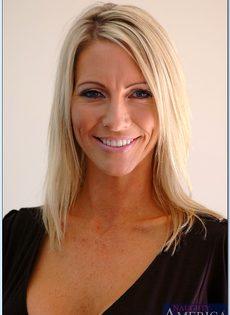 Взрослая блондинка с силиконовой грудью показала пизду во всей красе - фото #4