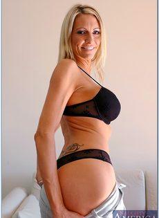 Взрослая блондинка с силиконовой грудью показала пизду во всей красе - фото #5