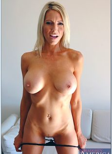 Взрослая блондинка с силиконовой грудью показала пизду во всей красе - фото #10