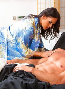 Брюнетка дрочит стройными ножками пенис любимого мужа - фото #1
