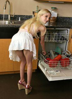 Худая блондинка соснула член и занялась классическим сексом - фото #1