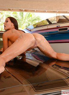 Домохозяйка с аппетитной задницей моет автомобиль любимого мужа - фото #11