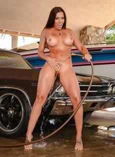 Домохозяйка с аппетитной задницей моет автомобиль любимого мужа - фото #16