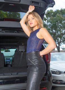 Продемонстрировала красивую упругую попочку возле автомобиля - фото #2