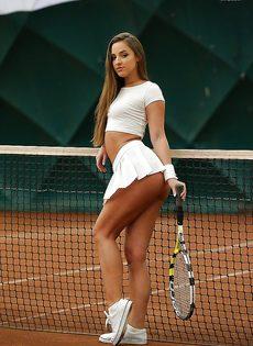 Молодуха откровенно позирует на теннисном корте - фото #10