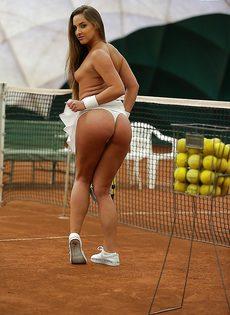 Молодуха откровенно позирует на теннисном корте - фото #14