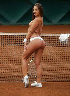 Молодуха откровенно позирует на теннисном корте - фото #15