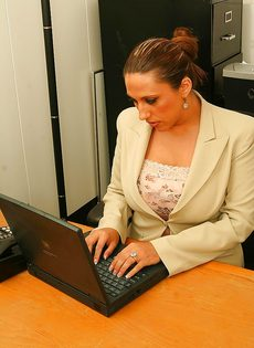 Начальница с пышными формами расслабляется прям на рабочем месте - фото #1