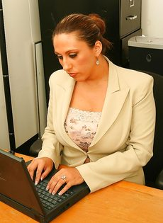 Начальница с пышными формами расслабляется прям на рабочем месте - фото #2