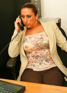 Начальница с пышными формами расслабляется прям на рабочем месте - фото #3