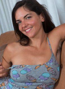 Брюнетка лежит на диване и демонстрирует волосатую промежность - фото #1