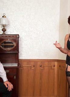 Парень возбудил пышную старушку перед половым сношением - фото #2