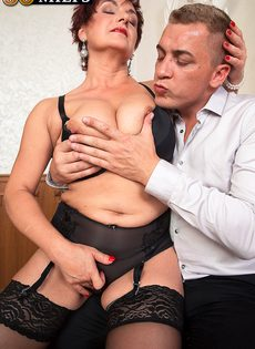 Парень возбудил пышную старушку перед половым сношением - фото #10