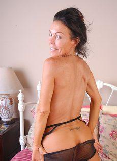 Женщина продемонстрировала выбритую пизду фотографу - фото #6