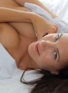 Чувственное проникновение в бритую киску фигуристой красавицы - фото #2