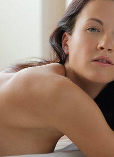 Чувственное проникновение в бритую киску фигуристой красавицы - фото #5