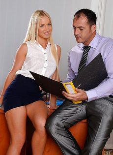 Белокурая секретарша делает минет начальнику в кабинете - фото #2