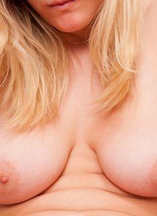 Блондинка стимулирует розовую пилотку на кухонном столе - фото #14