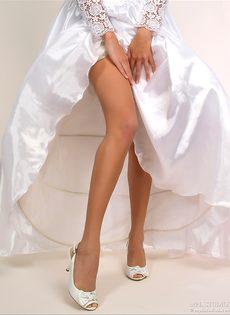Эротические фотки молоденькой развратницы в свадебном платье - фото #3