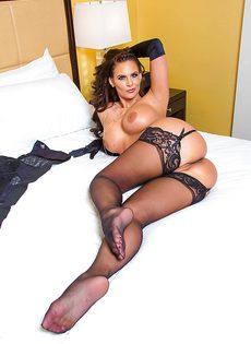 Сексуальная мамаша в черных чулках хвастается ухоженными дырками - фото #8