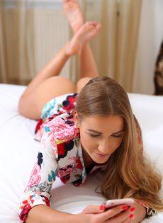 Занимаются горячим вагинальным сексом на просторной кровати - фото #1