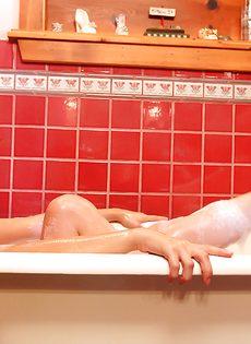 Красивые большие сиськи крупным планом шаловливой девушки - фото #10