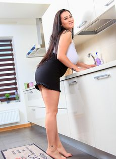 Брюнетка расположилась на кухонном столе и поигралась с клитором - фото #2