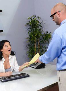 Горячий оральный секс с раскованной секретаршей прямо в кабинете - фото #2