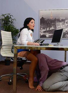 Горячий оральный секс с раскованной секретаршей прямо в кабинете - фото #3