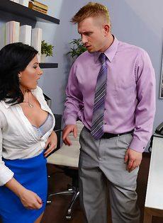 Горячий оральный секс с раскованной секретаршей прямо в кабинете - фото #7