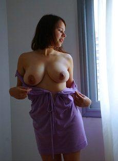 Пышногрудая девушка засовывает секс игрушку в волосатую письку - фото #1