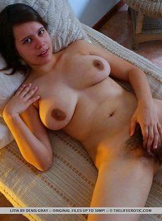 Пышногрудая девушка засовывает секс игрушку в волосатую письку - фото #8