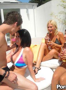 Групповой секс с развратницами в купальниках на заднем дворе - фото #4