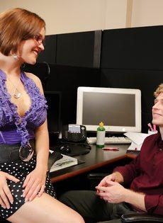 Начальница Krissy Lynn соблазнила молодого подчиненного на перепихон - фото #2