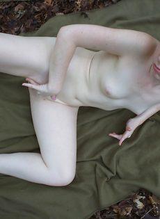 Любительские фотографии молоденькой брюнетки на свежем воздухе - фото #13