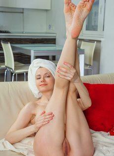 Молодая потаскушка с упругими сиськами принимает душ - фото #12