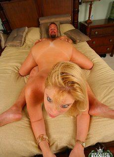 Мужик попытался удовлетворить блондинистую аппетитную деваху - фото #12
